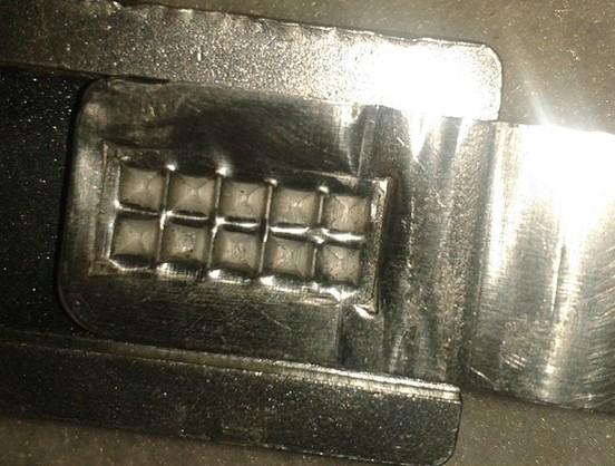 铜片铝片焊接机  详细介绍:   焊接原理:超声波金属焊接是利用高频振动产生的能量,将同种或异种金属,在适当压力下通过冷磨及水平运动把材料表面分子相相互渗合,达到焊接的目的。 焊接优点: 1,焊接材料不熔融,不脆弱金属特性。 2,接后导电性好,电阻系数极低或近乎零。 3,对焊接金属表面要求低,氧化或电镀均可焊接。 4,焊接时间短,不需任何助焊剂,气体,焊料。 5,焊接无火花,环保安全。 本机优点: 1,采用PLL锁相频率自动跟踪技术,无需调频。 2,采用德国压电陶瓷换能器。 3,自主知识产权焊头,世界名牌
